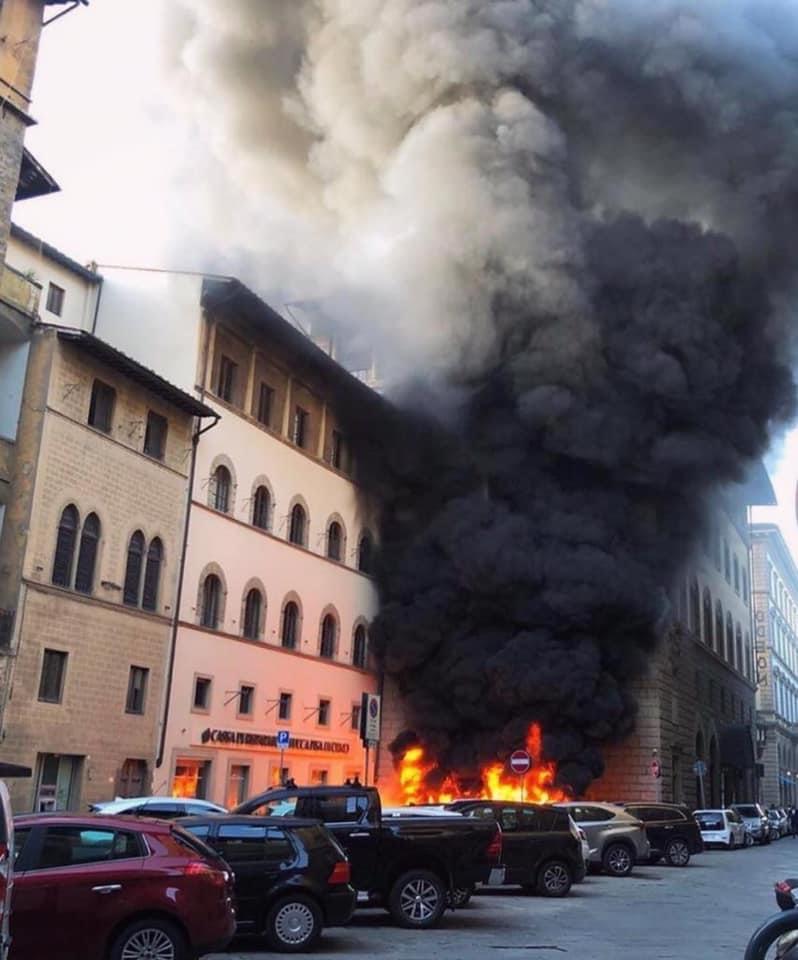 Firenze, incendio davanti alla discoteca YAB